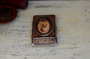 Табакера за тънки цигари с лъв